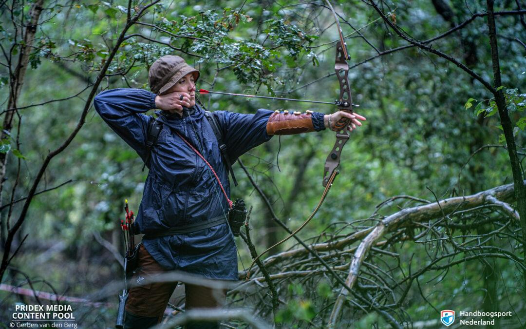 Deelnemers schieten in regenachtige omstandigheden een geslaagd NK 3D